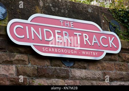 Die Aschenbahn Schild am Startpunkt in Whitby, North Yorkshire. - Stockfoto