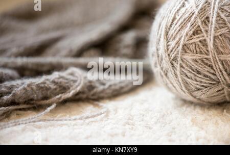 In der Nähe der graue Kugel von Garn. Detail der Ausstattung für das Stricken und Handarbeit als Hobby verwendet. - Stockfoto