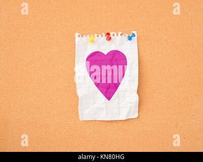 Herz am Schwarzen Brett. Symbol der Liebe, Valentine, Urlaub und Romanze Büro. - Stockfoto
