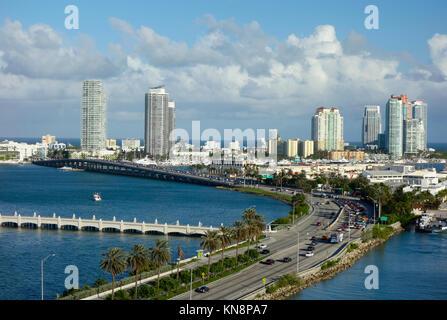 Luftbild von Miami Beach mit Autobahn im Vordergrund - Stockfoto