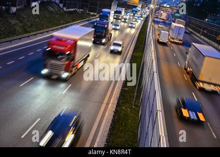 Sechs Lane gesteuert - Zugang Autobahn in Polen in der Nacht.. - Stockfoto