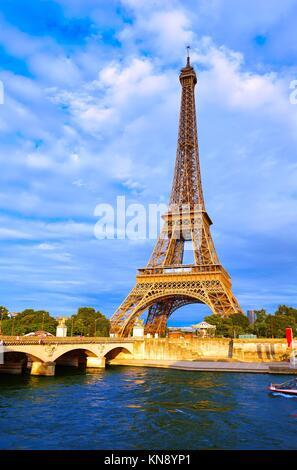 Eiffelturm bei Sonnenuntergang in Paris, Frankreich. - Stockfoto
