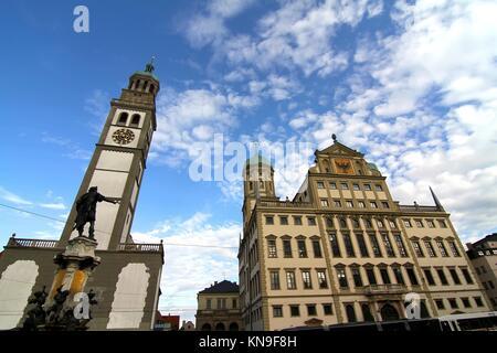 Das Rathaus (Rathaus) von Augsburg mit St. Peter bin Perlach, Bayern, Deutschland, Europa. - Stockfoto