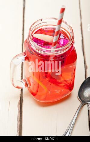 Frische Frucht Punch Erfrischende Sommer Getränk über weiße rustikalen Holztisch. - Stockfoto