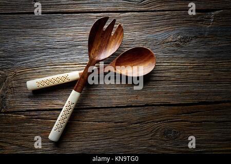 Küche aus Holz Werkzeuge spatules Löffel und Gabel Küchenutensilien auf Holz- Hintergrund.