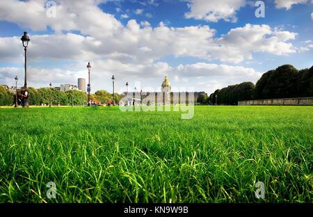 Rasen mit grünem Gras in der Nähe von Les Invalides in Paris, Frankreich. - Stockfoto