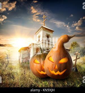 halloween k rbisse auf einem friedhof in der n he der alten kirche stockfoto bild 88488080 alamy. Black Bedroom Furniture Sets. Home Design Ideas