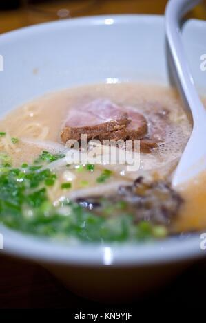 Original japanisches Rindfleisch Ramen Nudeln Suppe Nahaufnahme. - Stockfoto