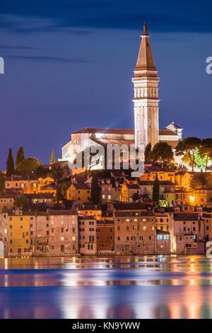 Kroatien, Halbinsel Istrien, Rovinj, beleuchtete waterfront Gebäude und Glockenturm. - Stockfoto