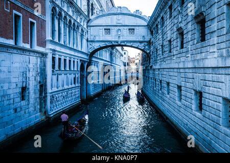 Touristen in Gondeln Segeln auf dem Rio de Palazzo o de Canonica Kanal unter der Seufzerbrücke (Ponte dei Sospiri) in Venedig, Italien.