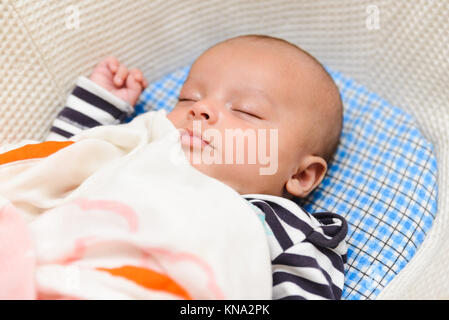 Eurasischen Baby schlafend in seinem Cradle - Stockfoto