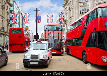 London Bus und Taxi Oxford Street W1 Westminster in Großbritannien. - Stockfoto