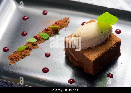 Chocolate Brownie mit Eis und Minze. - Stockfoto