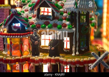 Künstlerische Details von Lebkuchen Dorf mit Innenbeleuchtung durch die Fenster scheint und ein altes Ehepaar Mann - Stockfoto