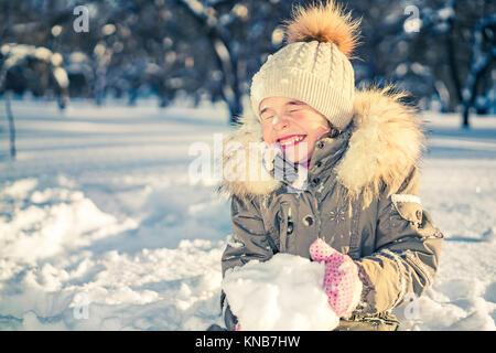 Kleines Mädchen in einem Winter Park - Stockfoto