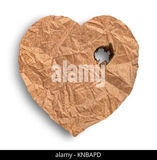 Scorched zerknittertes Papier Herz auf weißem Hintergrund. - Stockfoto