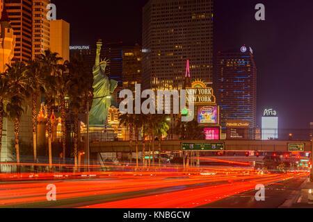 Las Vegas Blvd in der Nacht in der Nähe von Luxor, Mandala Bay Hotels, Las Vegas, Nevada, USA. - Stockfoto