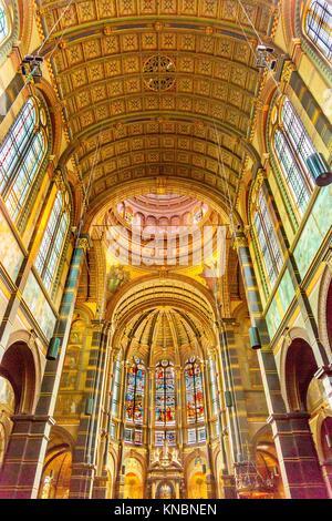 Basilika Altar Glasmalerei Sankt Nikolaus Kirche Amsterdam Niederlande. Römisch-katholische Kirche Kathedrale gebaut - Stockfoto