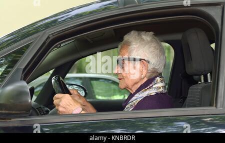 Ältere Frau Auto fahren. - Stockfoto
