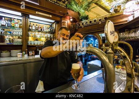 Bier vom Fass, Café Tortoni, 825 de La Avenida de Mayo, Buenos Aires, Argentinien - Stockfoto