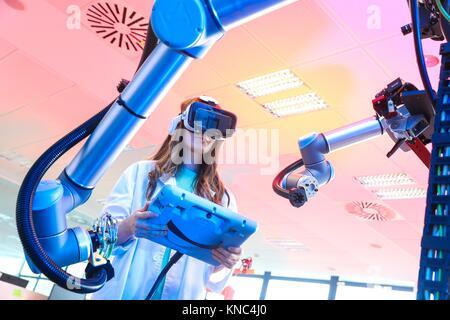 Roboterarm mit künstlichen Vision, Forscher mit Virtual reality Brillen, VR, Humanoide Roboter für die Automobilindustrie - Stockfoto