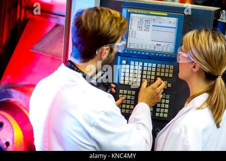 Maschine für 5-Achsen Fräsen, Forscher in Bearbeitungszentrum, Industrie, Tecnalia Forschung & Innovation, Technologie - Stockfoto