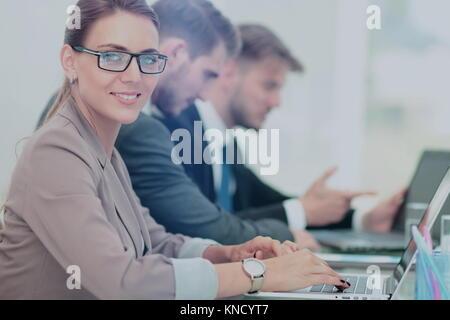 Geschäftsleute auf Laptop in einem Büro arbeiten - Stockfoto