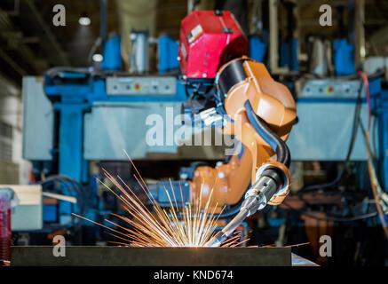 Roboter, Schweißen in einer Autofabrik. Schweißen der Karosserie - Stockfoto