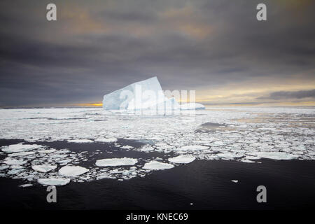 Blauer Eisberg bei Sonnenuntergang in der Antarktis (Weddell-meer) - Stockfoto