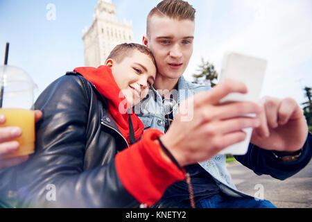 Junges Paar, Smartphone selfie in Stadt - Stockfoto