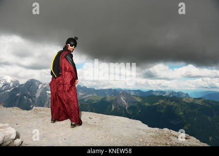 Base Jumper auf Dolomiten tragen Wingsuit, Canazei, Trentino Alto Adige, Italien, Europa - Stockfoto