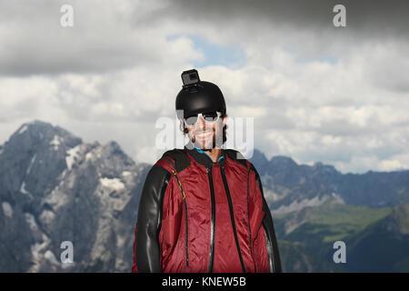Base Jumper tragen Wingsuit mit Action Kamera am Helm, Dolomiten, Canazei, Trentino Alto Adige, Italien, Europa - Stockfoto