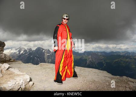 Portrait von Base Jumper auf Dolomiten tragen Wingsuit, Canazei, Trentino Alto Adige, Italien, Europa - Stockfoto