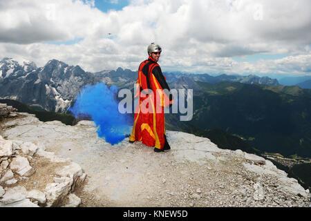 Base Jumper auf Dolomiten tragen Wingsuit emitting blauer Rauch, Canazei, Trentino Alto Adige, Italien, Europa - Stockfoto
