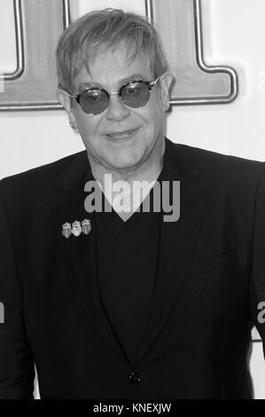 LONDON - Sept 18, 2017: Bild digital geändert werden schwarzweiß Sir Elton John besucht die Kingsman: Der goldene - Stockfoto