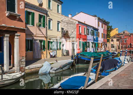 Die bunten Gebäude, Kanäle und Boote im venezianischen Dorf Burano, Venedig, Italien, Europa. - Stockfoto