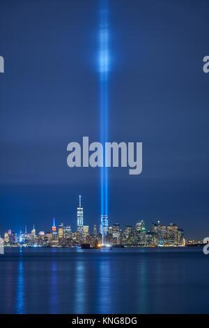New York Skyline der Stadt mit Wolkenkratzern und die zwei Balken der Tribute in Light. Lower Manhattan, Financial - Stockfoto