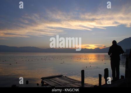 Früh morgens am Lake Atitlan in Guatemala, die von hohen Klippen umgeben ist und von drei Vulkanen übersehen - Stockfoto