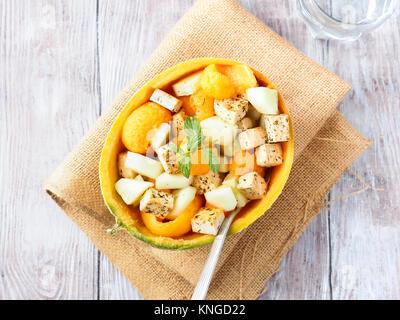 Vegan cantaloupe Melone Salat mit Tofu Käse, Kräuter und Gurke. Gesund Sommer frisches Mittagessen - Stockfoto