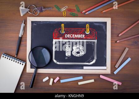 Am 18. Dezember. Internationaler Tag der Migranten. Auf einem Holztisch Kreidetafel - Stockfoto