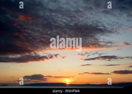 Sonnenuntergang und bunten Wolken über dem Meer aus Kardamyli, Messenien, Westküste von Griechenland - Stockfoto