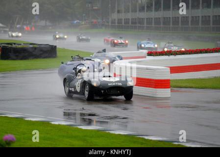 Vintage Sports Cars Racing bei starkem Regen auf der nassen Strecke Rennen in den Sussex Trophy in Goodwood Revival - Stockfoto