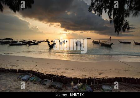 Koh Lipe Thailand. Luftbild ein Paradies mit kristallklarem, türkisfarbenem Meer Wasser. Pure White Sand Beach auf - Stockfoto
