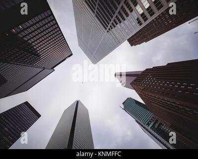 Toronto Skyline von Bay Street Financial District mit der Kamera nach oben zeigt die Skala und einem charterflugzeug - Stockfoto