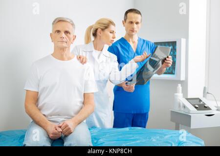 Smart Ärztin ihre Patienten schulter Holding - Stockfoto