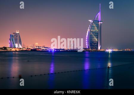 Dubai, VAE, 7. Juni 2016: Blick auf den weltberühmten Burj Al Arab und Jumeirah Beach Hotels bei Nacht - Stockfoto