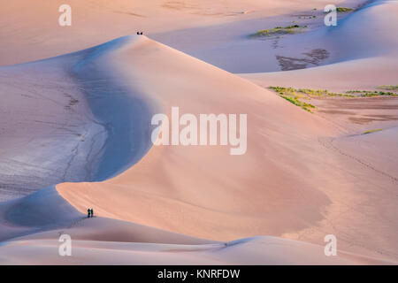 Wanderer und Fotografen bei Sonnenaufgang - Great Sand Dunes National Park in Colorado - Stockfoto
