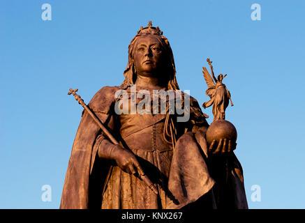 Statue von Queen Victoria in vollem Ornat auf Grand Avenue in Brighton und Hove, England. - Stockfoto