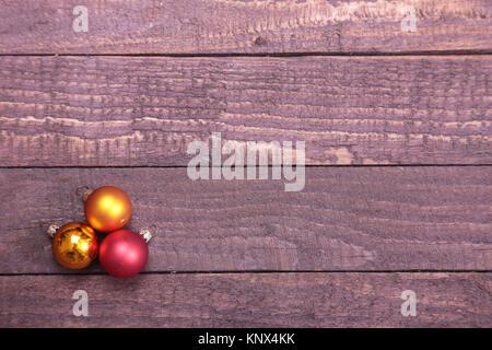 Drei Weihnachtskugeln isoliert über Holz- Hintergrund - Stockfoto