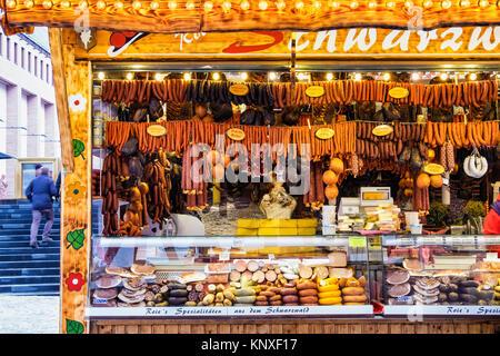 Deutsche Wurst auf einem Stand auf dem Weihnachtsmarkt ...